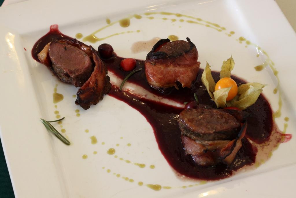 Srnčí biftečky rolované v anglické slanině s omáčkou z lesních plodů