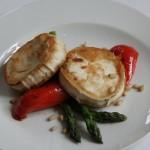 Kozí sýr s chřestem, pečenou paprikou medem a piniovými oříšky
